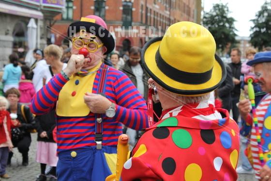 Clowner spelar