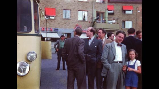Folksamling vid en buss 1950
